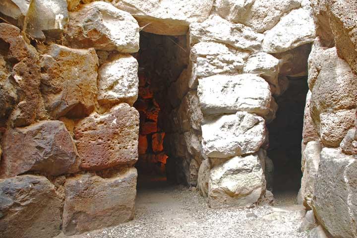 viaggi archeologici al nuraghe di Barumini interno corridoi del sito unesco